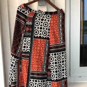 Vackert mönstrad kjol med två slitsar i fram. Storlek M. Kan skickas, köparen står för frakten. Hämtas i Onsala.