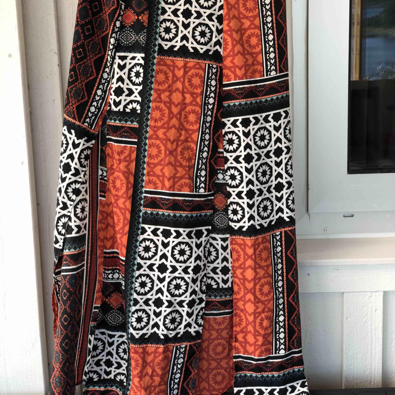 Vackert mönstrad kjol med två slitsar i fram. Storlek M. Kan skickas, köparen står för frakten. Hämtas i Onsala.. Kjolar.