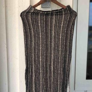 Kjol med coolt mönster i storlek S, stretchigt tyg. Kan skickas, köparen står för frakten. Hämtas i Onsala.