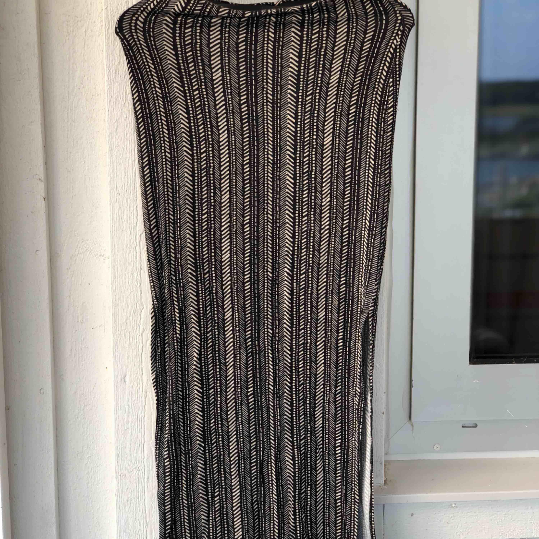 Kjol med coolt mönster i storlek S, stretchigt tyg. Kan skickas, köparen står för frakten. Hämtas i Onsala.. Kjolar.