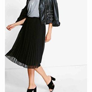Säljer denna snygga kjol! Aldrig använd då den ej passa mig. Nypris 350 kr, säljer för 200 :)