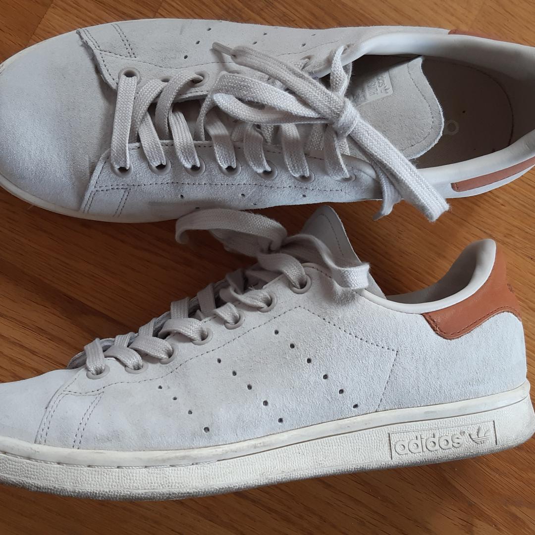 Säljer ett par Stan Smith skor I mocka. Knappt använda. I väldigt fint skick. 😊 Frakt ingår i priset 😁. Skor.
