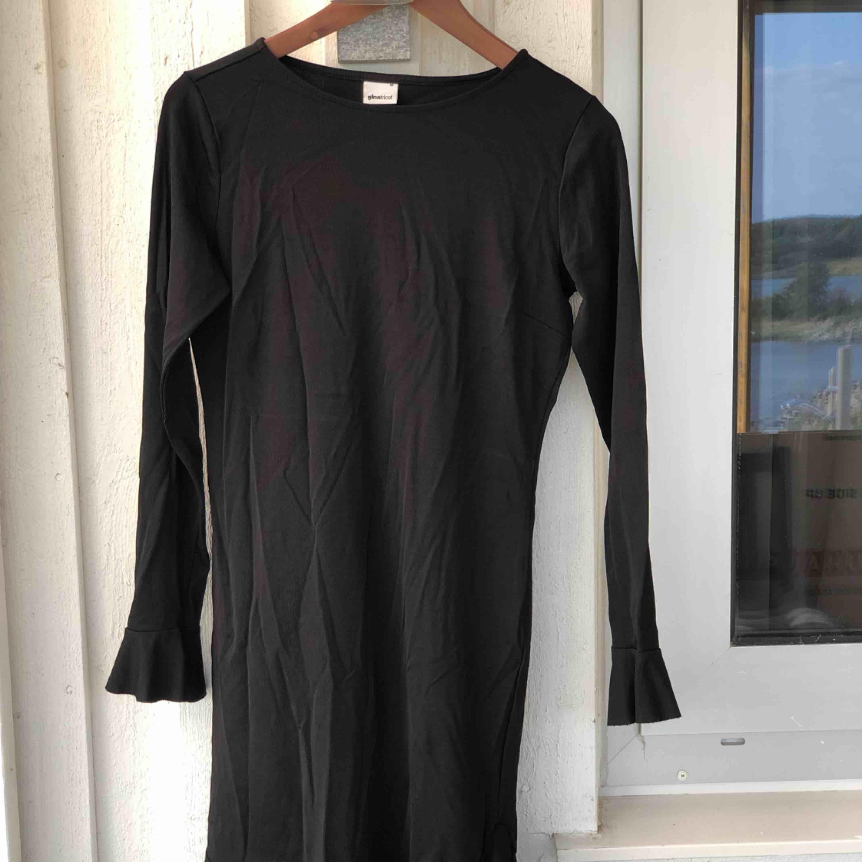 Svart klänning med volanger i storlek M. Använd 1 gång så den är som ny. Kan skickas, köparen står för frakten. Hämtas i Onsala.. Klänningar.