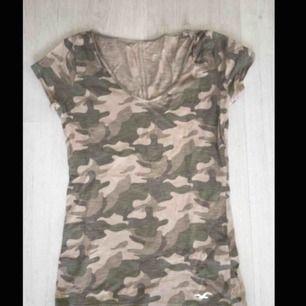 En fin kamouflage t-shirt från Hollister i storlek XS. V-ringad och har även Hollisters fågel nertill vänster. Använd fåtal gånger och är i toppen skick! Kan mötas upp i Rydebäck & Glumslöv annars tillkommer det frakt! 💞💞