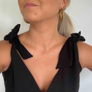Säljer min svarta byxdress från Zara! Banden knyts vid axlarna vilket bidrar till att storleken varierar. Det är även spets på baksidan! Hör gärna av er om ni har frågor!