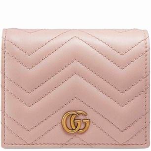Säljer min gucci plånbok pga använder inte längre! Köpt sommaren 2018 och allt finns kvar! Påse, kvitto,låda,dutsbag! Köparen står frakten!