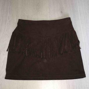 En mörkbrun mockakjol från Hollister (XS). Använd 3 gånger i superbra skick. Dragkedja på vänster sida av kjolen (syns knappt). Kontakta för fler bilder eller om du är intresserad. Nypris 350kr💞💞