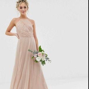 Säljer en väldig fin långklänning som är helt ny!  Originalpris är 1.069 kr exkl leverans.   En brudtärna hade gått upp i vikt och storleken var för liten, men klänningen är så fin!