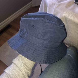 Snygg fiske hatt lite använd men fint skick! Kan vara blå eller beige!!