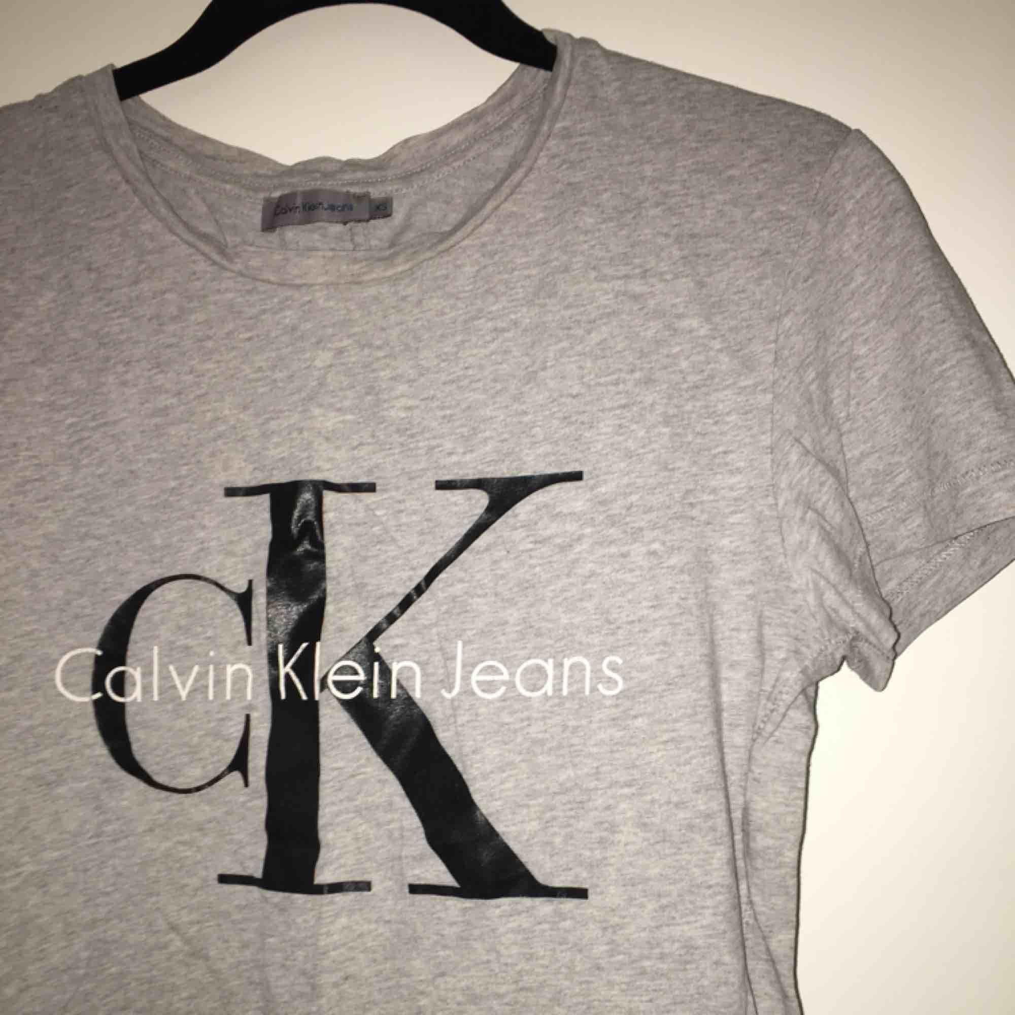 Populär tisha från Calvin Klein i fint skick 🌻🌻 storlek XS men sitter bra på mig som är XS/S, frakt står jag för💌. T-shirts.
