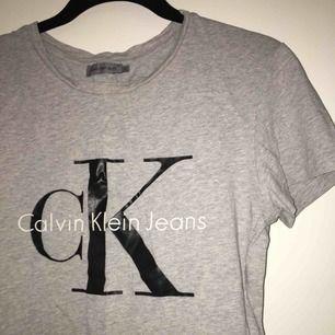 Populär tisha från Calvin Klein i fint skick 🌻🌻 storlek XS men sitter bra på mig som är XS/S, frakt står jag för💌