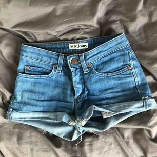 Supersnygga shorts från Acne! Storlek 24/32. Möts i stockholm eller så betalar köparen frakten! 🥰 skriv för fler bilder eller om du har några frågor