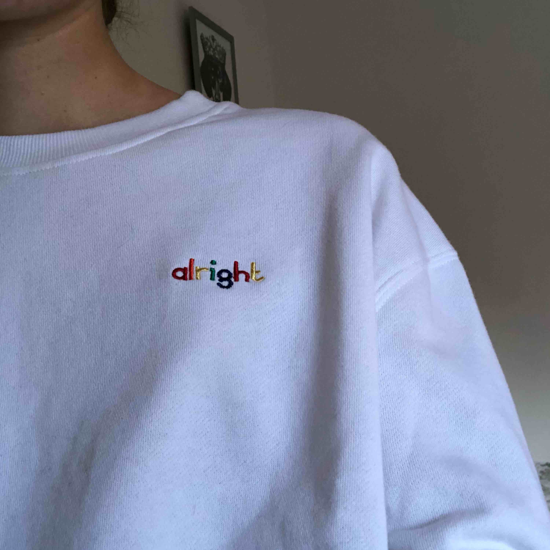 Vit sweatshirt med knytdetalj, köpt på New Yorker för någon månad sedan men aldrig använd. Frakt tillkommer 🌿. Huvtröjor & Träningströjor.