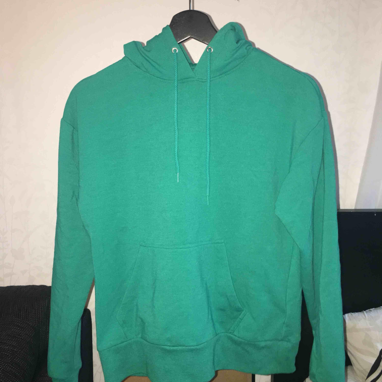 Grön hoodie från Carlings, andvänd 1 gång och har inga skador☺️frakt ingår i priset. Huvtröjor & Träningströjor.