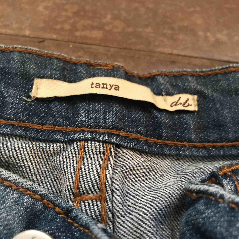 Mörk blåa jeans som är väldigt sköna och kan användas när som . Jeans & Byxor.
