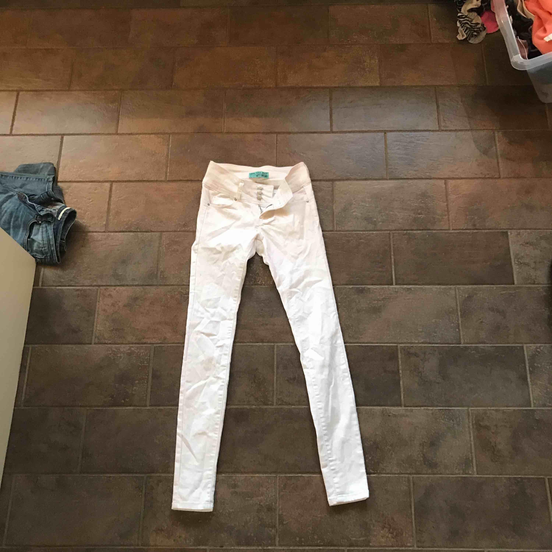Treknappade vita jeans high Waits . Jeans & Byxor.