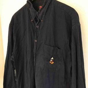 Vintage skjorta från Disney! 90-tal när det är som bäst 🙌🏼 Köparen står för frakt på 63:- (spårbar). Såå snygg till cykelbyxor. Varan finns kvar så länge annonsen finns kvar.