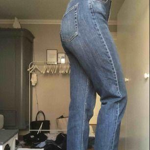 Fina mörkblåa mom jeans. Knappt använda Köparen står för frakten