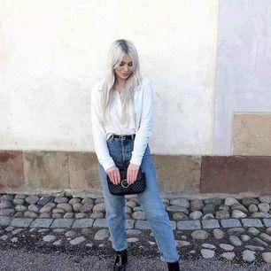 Blåa mom jeans från Asos i storlek 28/32. Använda en gång.