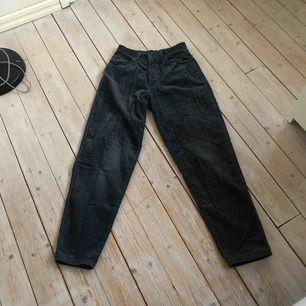Blåa Manchester jeans jag köpte från humana second hand som det inte står någon storlek på men ungefär storlek XS-S och Armani jeans. Eventuell fraktkostnad tillkommer om du inte kan hämta upp i Malmö