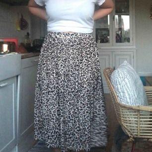Fin plisserad leo midi-kjol, strl M med skulle passa L. Köpare står för eventuell frakt.