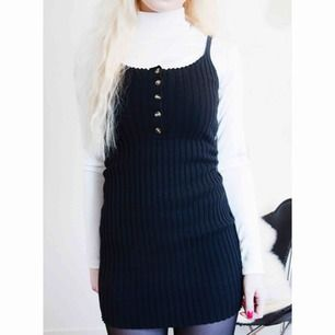 Svart ribbad klänning från Missguided i storlek 34. Använd en gång.