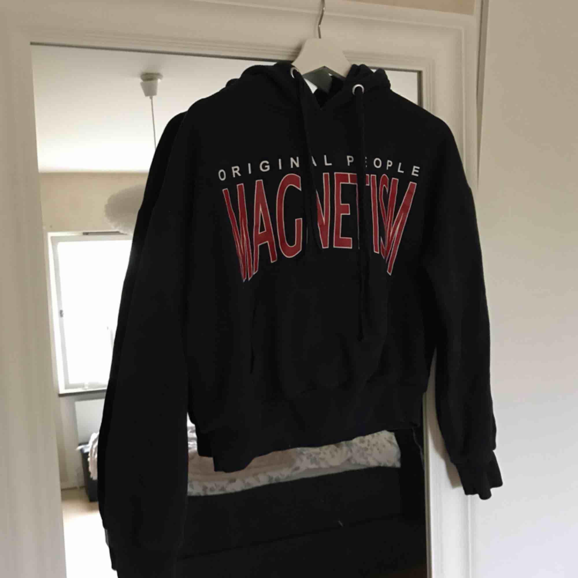 Mörkblå hoodie från bikbok. Ganska oversized. . Huvtröjor & Träningströjor.