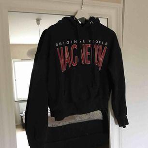 Mörkblå hoodie från bikbok. Ganska oversized.
