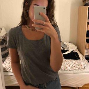 Säljer denna sköna mörk grå t-shirten från MQ. Den är i storlek L men passar även mig som brukar ha S-M. Kan mötas upp i Vänersborg annars frakta, frakten ingår i priset.💓