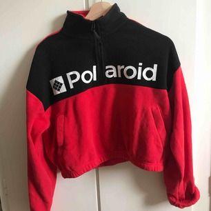 En fin tröja från Forever 21. Använt kanske 5 gånger så den är i bra skick. Jag säljer för att det inte riktigt är min stil längre. Jag kan mötas upp i Stockholm, annars står köparen för frakt vilket är 30kr. Nypris 32$ (306 kr)