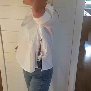 Fin vit blus från mango med knyte på sidorna. Storlek XS men skulle säga att den passar som S. Har aldrig kommit till användning och säljer därför. Ärmarna går att rulla upp (se bild) men även ha nere.  Jag och köparen delar på frakt. :)