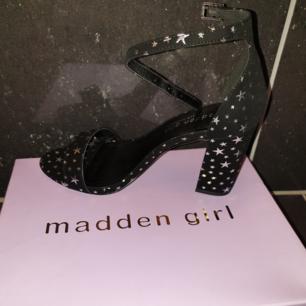 Madden girl sandaletter aldrig använda