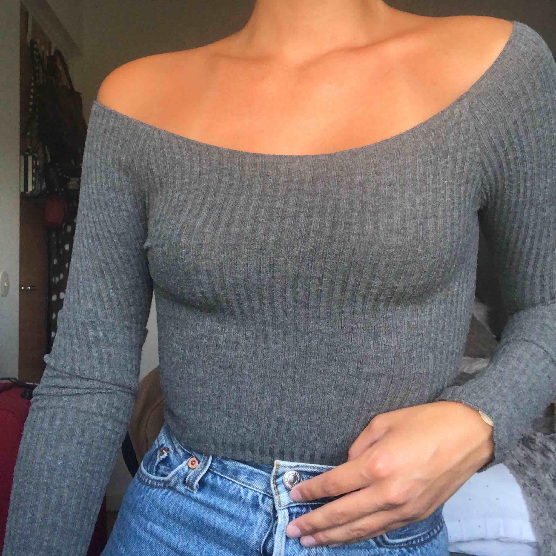 Ribbad tröja i såå skönt material, köpt i USA på brandy melville. Köparen står för frakten💖💖. Blusar.