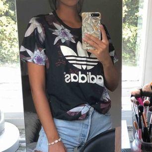 Aldrig använd Adidas tröja köpt på Junkyard. Oversized i modellen. Köparen står för frakten💖