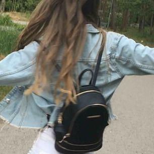 Säljer denna skitsnygga ryggsäck! Nästan aldrig använd pga fick den i present och har aldrig kommit till användning. Den har ett stort fack och ett litet ytterfack! 59kr frakt