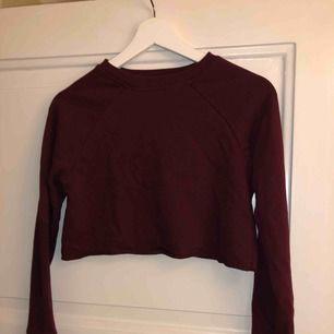 Crop top/cropped sweatshirt från Missguided. Storlek S men passar en XS eller mindre.