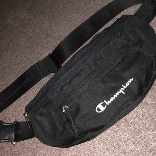 En Champion fannypack. Använd 2 gånger och kommer inte till användning. Kan mötas upp i Uppsala eller skickas. Köpare står för frakt. Tar swish eller kontant💕