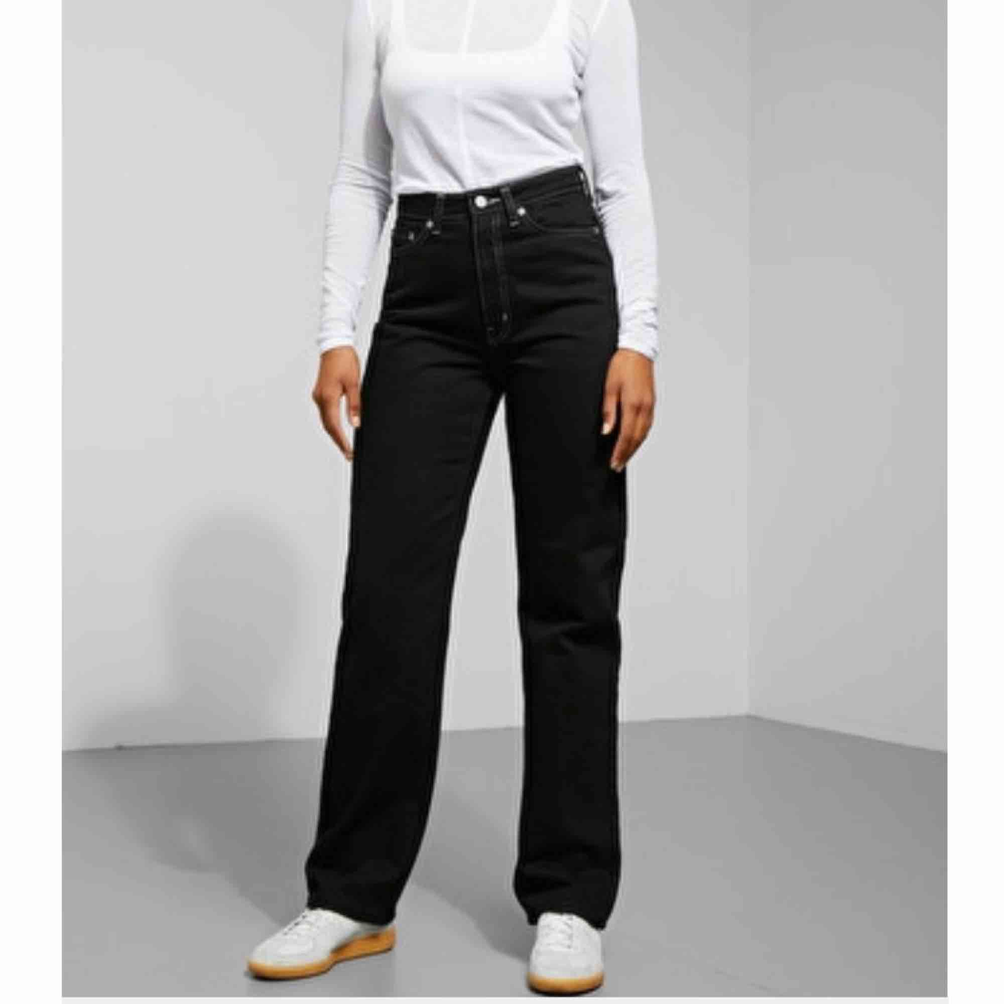 Supernajs svata byxor med vita sömmar! Säljer pga för små....:( väl använda men i bra skick!!! Nypris 500. Jeans & Byxor.