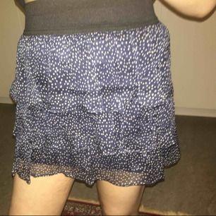 Söt kjol från Zara. Använd en gång, som ny! Storlek S, passar XS också. Priset är inklusive frakt, vill gärna bli av med den så först till kvarn! ❤️