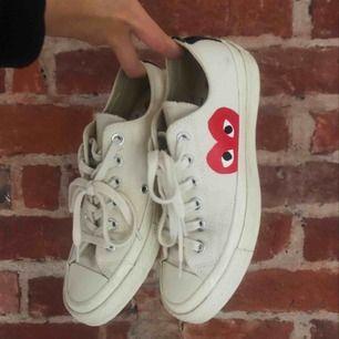 Äkta comme des garcons x converse skor i färgen beige/vit, säljer de pga att jag valde fel storlek. Tror att de även passar strlk 38/39. Använda max 3ggr.💕 nypris 1800
