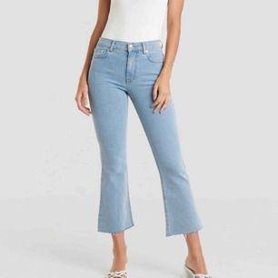 NAKD kick flare jeans. Står storlek 36 vilket är min storlek i vanliga fall men skulle säga att dessa hade suttit bättre på någon som har storlek 34.
