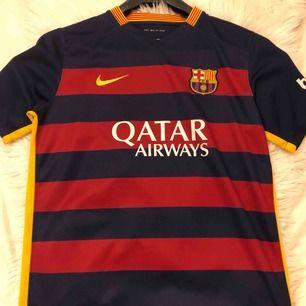 Nike Barca tröja köpt på barnavdelningen därav står det att storleken är XL