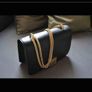 Svart väska från Zara, justerbar!  Både axelväska och sidoväska  Använd 1 gång  Fint skick!