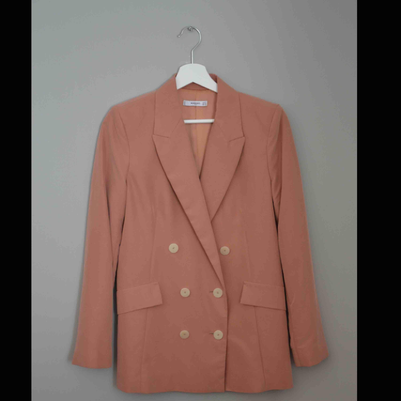 Mango Kavaj  Otroligt skönt och fint material!!  Persika färg . Kostymer.