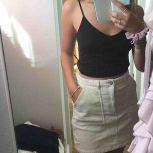 så himla snygg och smickrande kjol i manchester från Monki 🌼 Inköpt i somras och endast använd ett fåtal gånger :) avhämtning annars exklusive frakt