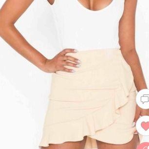 Jättefin kjol från Nelly som tyvärr ej passade, helt oanvända. Betalar ej för frakten men kan möjligtvis mötas upp i Stockholm <3