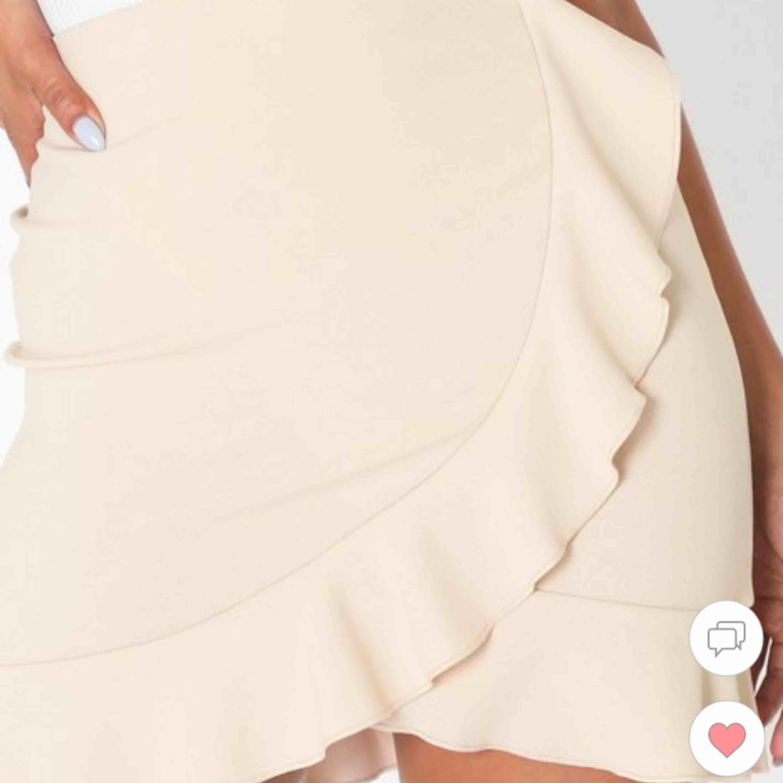 Jättefin kjol från Nelly som tyvärr ej passade, helt oanvända. Betalar ej för frakten men kan möjligtvis mötas upp i Stockholm <3. Kjolar.
