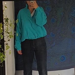 Oldschool oversized sweatshirt från Gant i turkost/blått med liten detalj på bröstet.