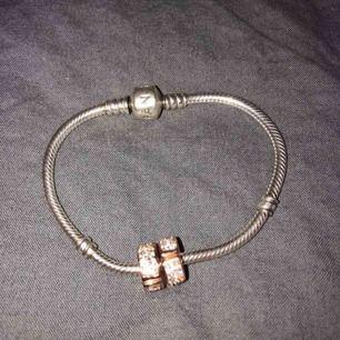Pandora berlockarmband med två berlocker. Ord pris 1547kr