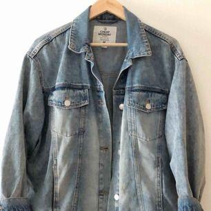 Säljer nu min fina jeansjacka från Cheap Monday då den tyvärr är alldeles för stor för mig  Storleken är M men skulle säga att den passar en L och kanske en XL beroende på hur man vill att den sitter 🌺  Köparen står för frakten 💕